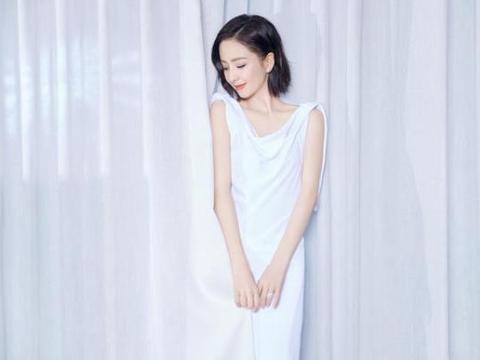 丫丫佟丽娅和蜡像同框啦!身穿乳白色薄纱长裙超时髦,喜欢她短发