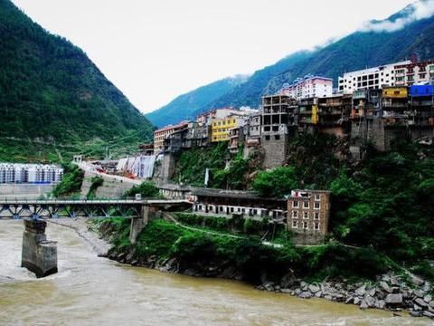 四川一城市建在悬崖上,住的是江景房,喝的是雅砻江的水,美翻了