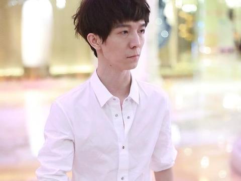 郭敬明现身机场很憔悴,与高大、健壮、帅气的男助理形成巨大反差