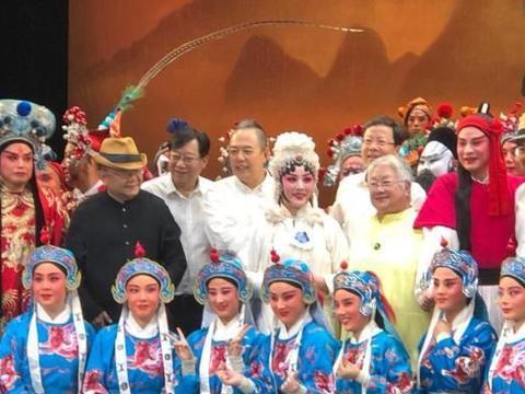 张国立王刚张铁林现身看戏,61岁邓婕素颜陪夫老态尽显