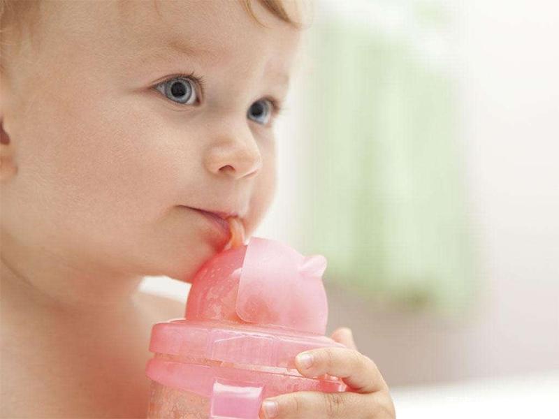 熊孩子喝水嘴不老实舌头被卡在瓶口,做手术取下后护士笑坏了