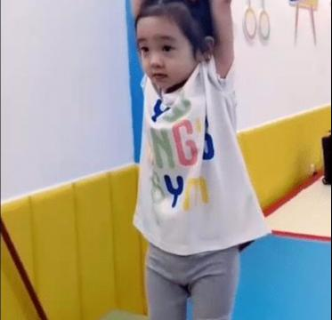 杨威带女儿练体操,欢欢吊单杠超厉害,不用爸爸保护还会缓冲落地