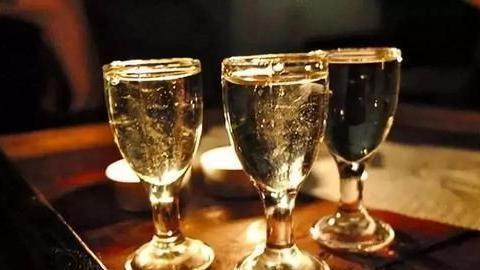 喝假酒会导致头疼、中毒,可你知道如何分辨吗