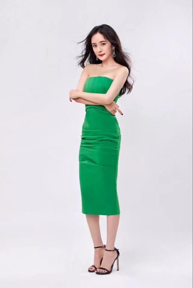 杨幂高清美照来袭,一袭绿色抹胸裙惊艳十足,身材好到爆