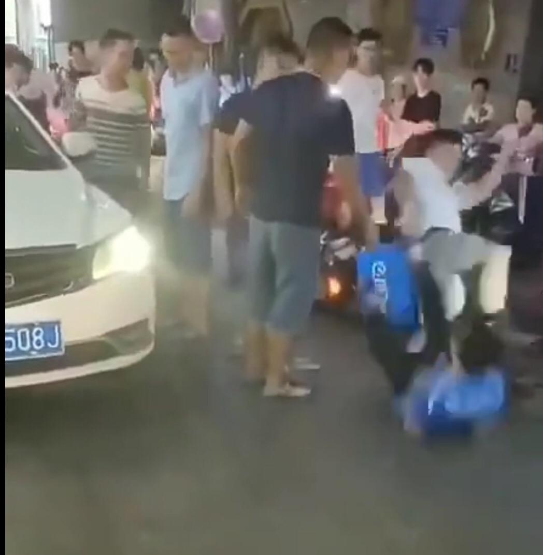 南宁一司机踹外卖小哥后驾车离开,警方立案追逃