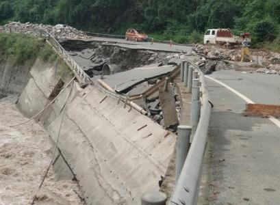 雅安中断公路抢通29条 鸡冠山公路仍管制