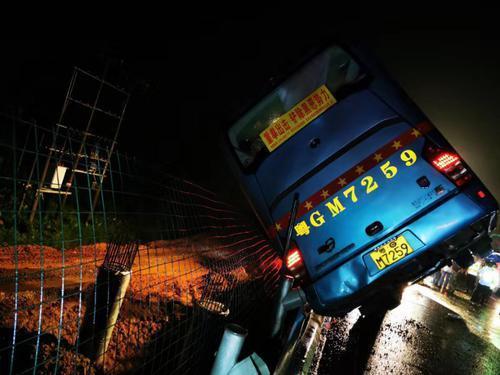 多图直击!阳江大客车高速路侧翻致7人死亡11人受伤   实载48人有4名儿童