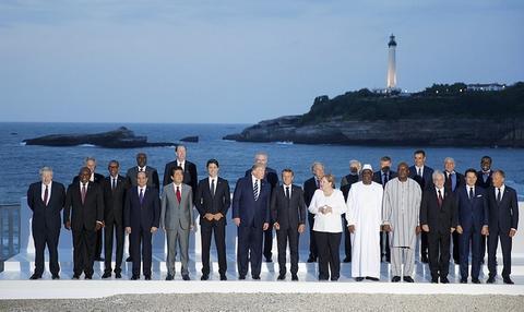 G7峰会领导人大合影曝光 英国首相孤独靠边站(图)