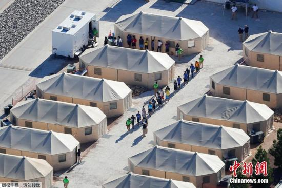 """资料图:2018年6月25日消息,由于特朗普政府打击非法移民,6周内,大约有2000名儿童在美国南部边境被迫与父母分离。在美国与墨西哥边境地区Tornillo,有一座移民儿童""""帐篷城""""。"""