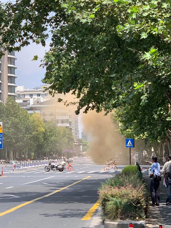 杭州一路面塌陷冒出黄烟 天然气公司人员已到场