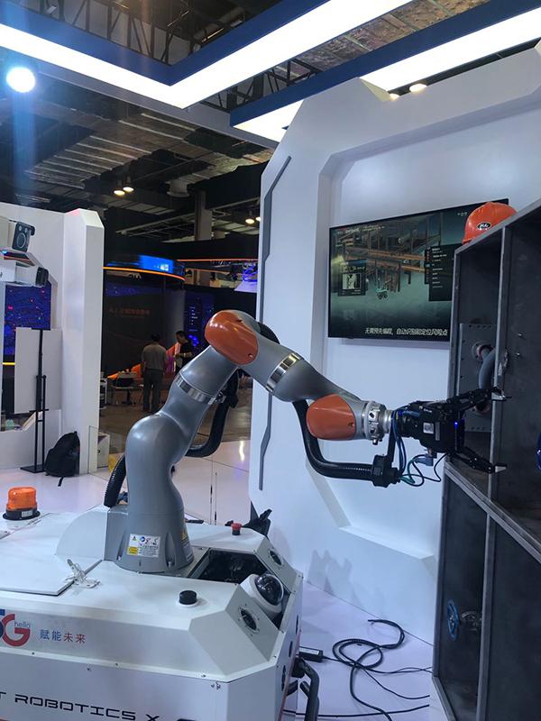 探营人工智能大会:腾讯秀工业巡检机器人,阿里展地铁售票机