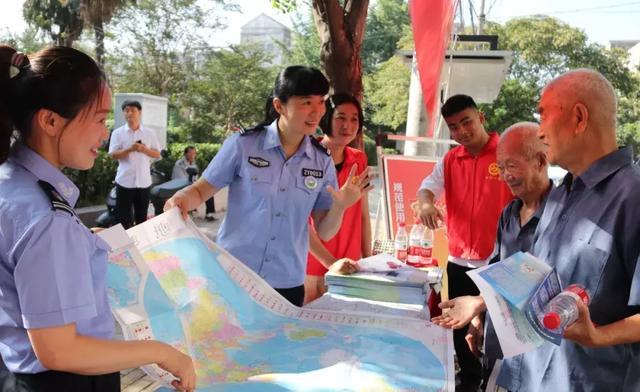 阜南县自然资源和规划局牵手公益志愿者送法进校园、进社区等服务