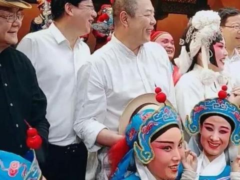60岁老来得子,王刚娶小27岁娇妻,为养儿不敢老录节目至凌晨4点