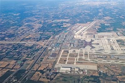 5月27日,从飞机上俯瞰大兴国际机场。临空经济区起步区位于新机场东北侧,占地20平方公里。图/IC photo