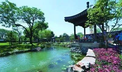 北京有个三里河公园,距离天安门不过几百米,典型的江南园林风格