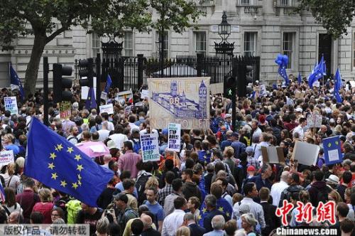 """首相休会誓与欧盟""""会一会"""" 脱欧乱了英国社会?"""