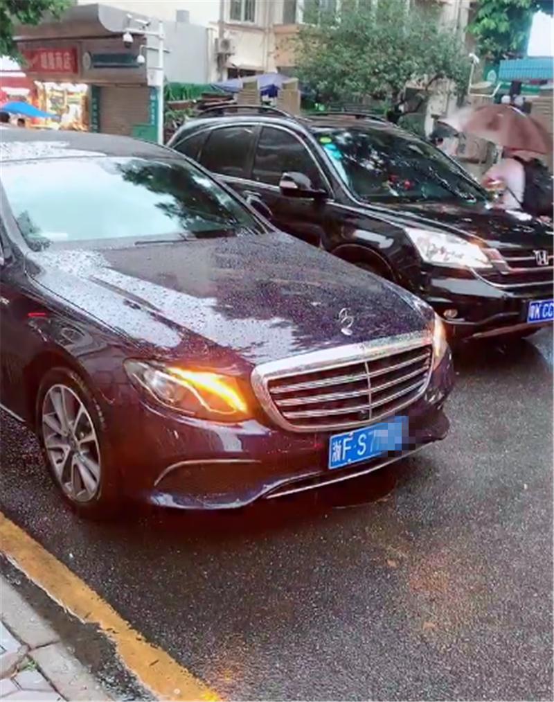 """""""迈巴赫""""版奔驰E级,车价46万,尾标""""S320L"""",但大灯暴露了"""