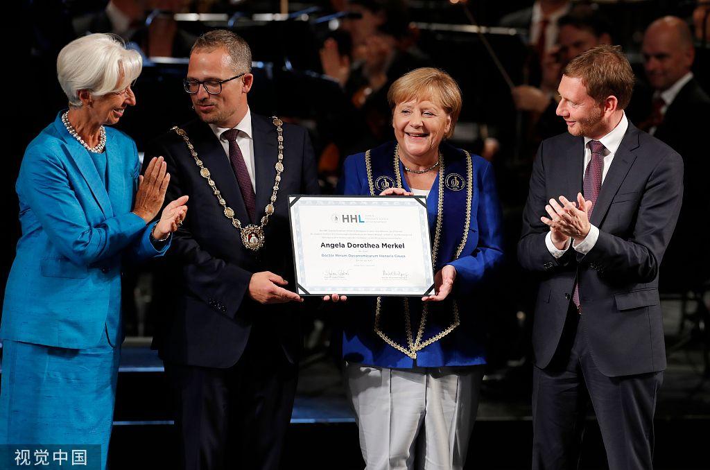 莱比锡商教院背德国总理默克我授与名望专士教位。图/视觉中国