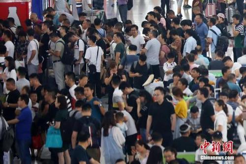 大批旅客排队候车。泱波 摄