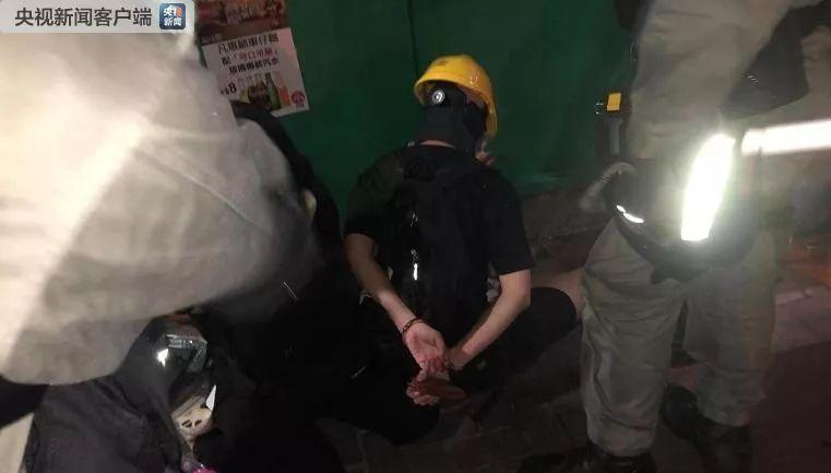 警圆正在湾仔现场拘捕了几名保守请愿者