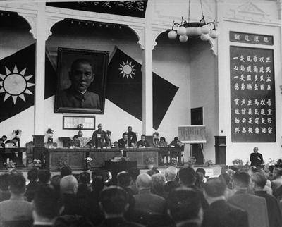 保存在中国第二历史档案馆的一张老照片:1948年4月4日摄于南京丁家桥国民党中央党部礼堂。照片上离蒋介石仅有几人之隔的女速记员(后排右二),就是中共秘密情报员沈安娜。