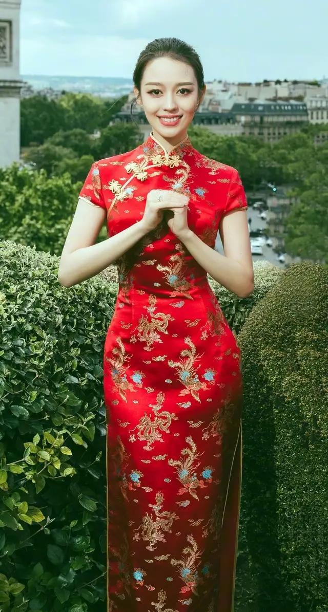 郎朗妻子吉娜又现蚂蚁腰,一袭亮片裙漏斗身材惊艳,郎朗都成绿叶