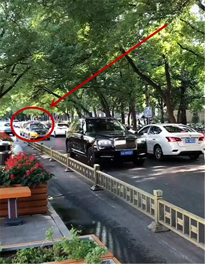 """""""耀夜黑""""库里南上街,车价790万,长5.3米,出租车保持8米远"""