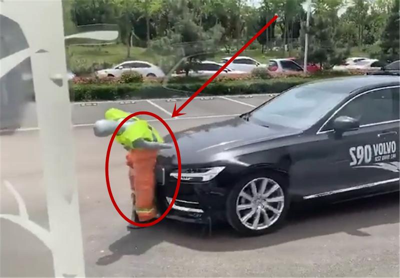 实拍沃尔沃S90演示主动刹车,车价33万,遇行人时,直接撞了