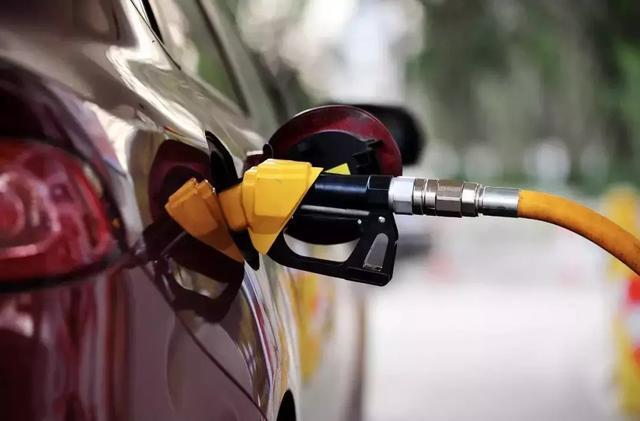 今日油价开始上调,看看一箱油贵了多少钱?