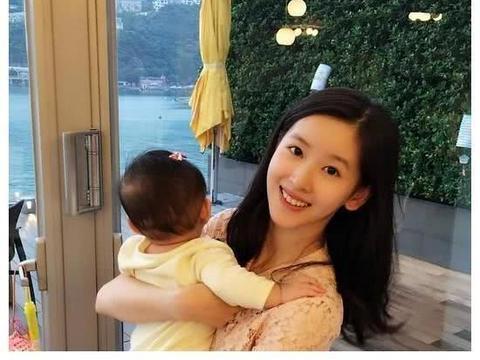 章泽天刘强东同游瑞士,两人牵手女儿有说有笑,破婚变传闻