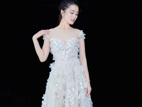 李若嘉一袭白色花瓣连衣裙性感又明丽,搭配不对称耳环超级惹眼