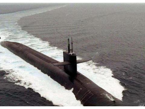 飞来横祸:中国潜艇刚冒头,瞬间被战舰切两段,24名官兵当场罹难