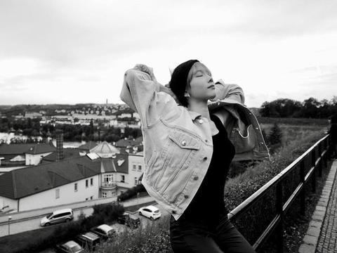 少女时代泰妍晒户外旅行近照 黑白风格又酷又飒