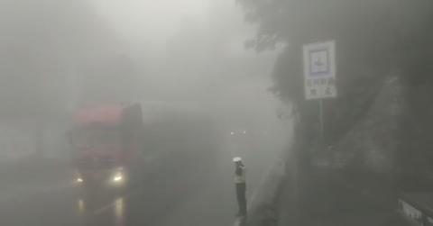 秦岭山顶大雾弥漫 过往车辆减速慢行