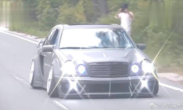 视频:奔驰E级改装,改装的车灯真是耀眼夺目!