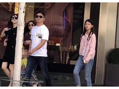 网友瑞士偶遇刘强东和章泽天,两人带女儿一同逛街,幸福感十足