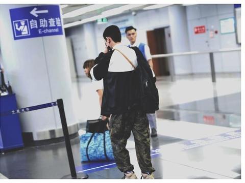 王源现身机场出国游学 粉丝许下等待的约定