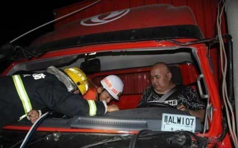 货车撞上电线杆,消防员救出被困司机