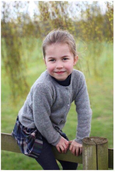 夏洛特公主正式入学 英国王室上学穿搭大盘点