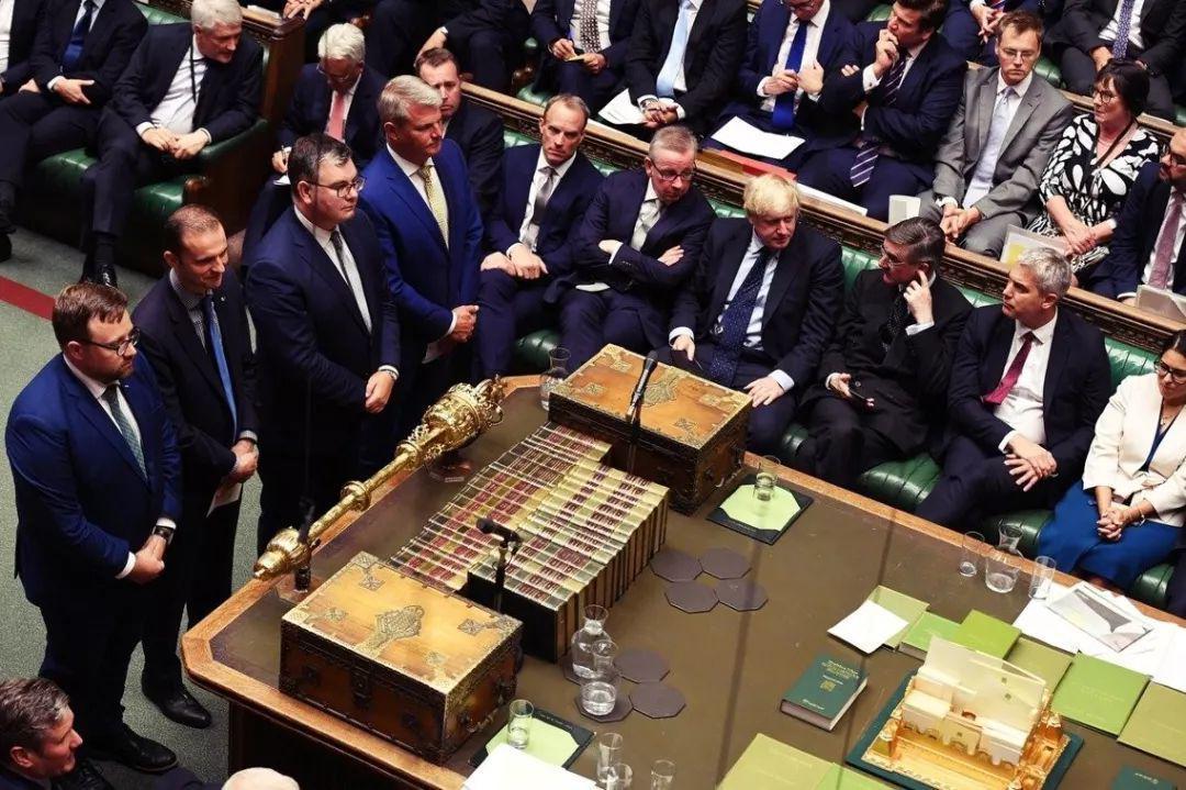 """英国政坛戏剧性的48小时 保守党联手工党""""叛变""""首相"""
