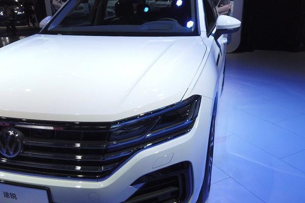 视频:没有新车就猛推旗舰,数数大众途锐车身正面的高科技