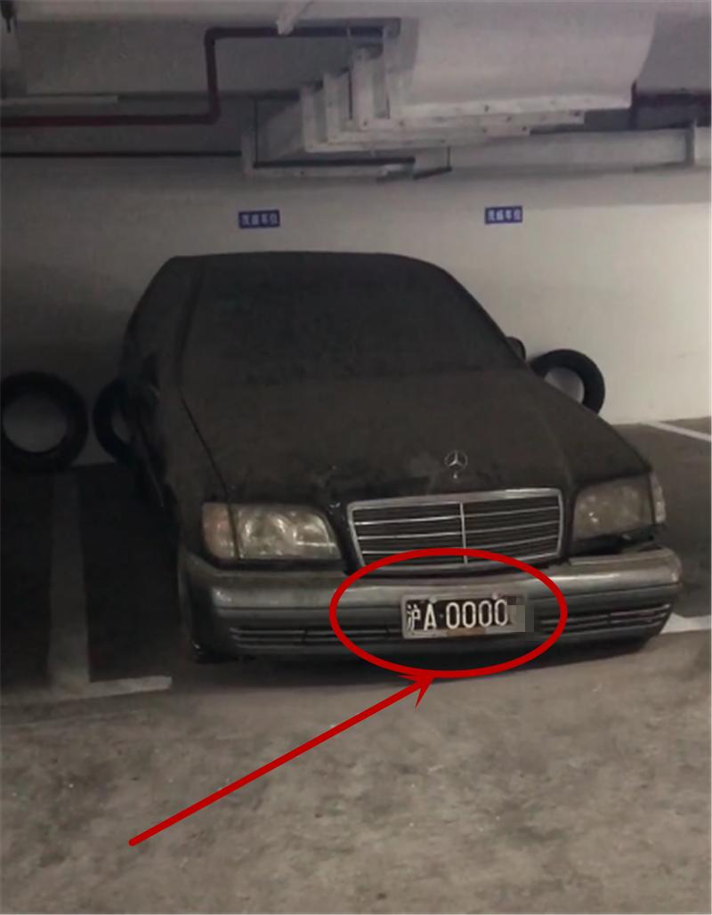 """百万奔驰S级被遗弃,车牌白底黑字,""""沪A""""开头,车牌号4个0"""