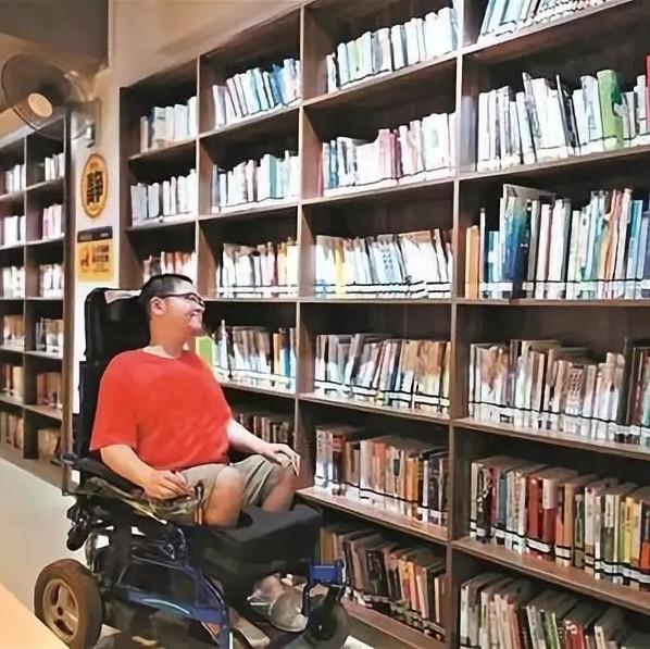 """【励志】江门""""渐冻症""""男子坐轮椅近20年!梦想却不凝冻:开网店、做公益..."""