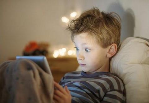 """姐弟俩患上""""矮小症"""",因长期熬夜玩手机,家长别不重视"""
