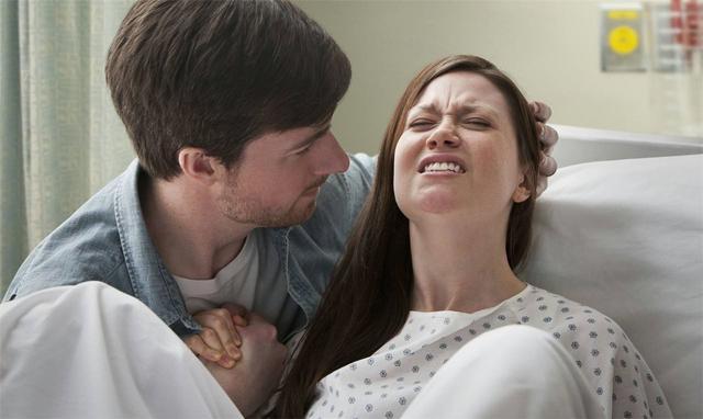 90后孕妈生娃,男医生将手伸入产道,家属得知原因后,赶紧感谢