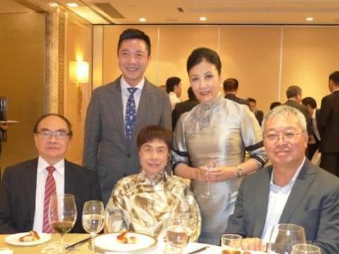 72岁汪明荃与陈宝珠、米雪、霍启刚合影,64岁米雪逆生长太美了