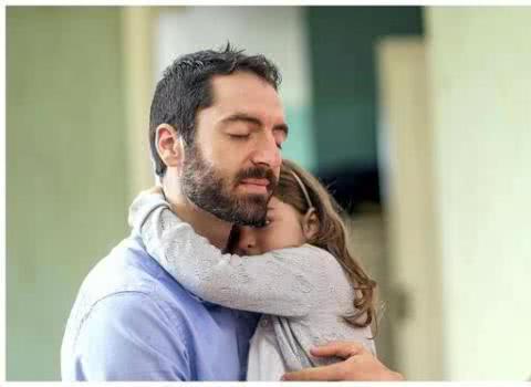 为什么女儿总喜欢粘着爸爸?知道宝宝小心思后,宝爸心里暖暖的
