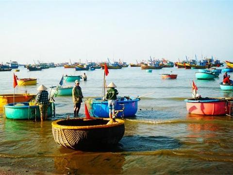 越南海边一个渔村,渔民用竹编箩筐当船,丈夫打渔妻子卖海鲜