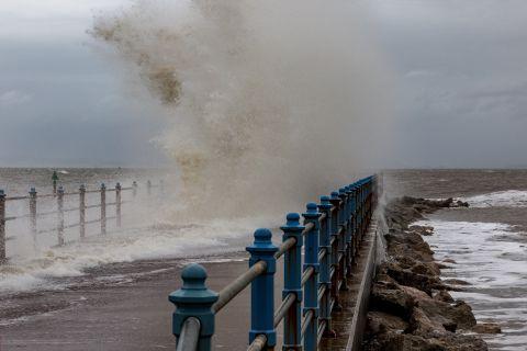 """即将""""会师""""!飓风多里安将与巨大的涡旋""""合并"""",直抵英国"""