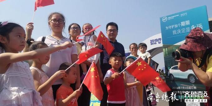 超燃!粉丝嘉年华活动现场壹粉们高举国旗,唱起我爱你中国